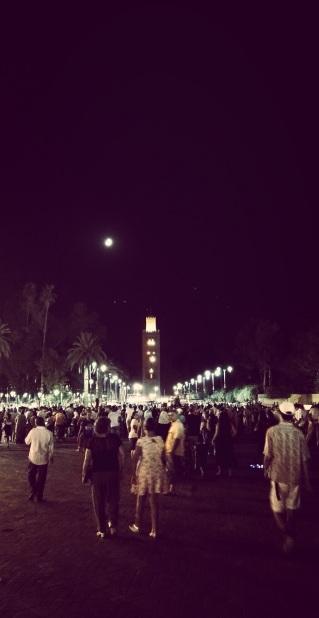 """Jemaa el Fna, Marrakech: """"Io non sono più la stessa dopo aver visto la lucentezza della luna dall'altra parte del mondo"""" (Mary Anne Radmacher)."""