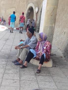 """Vicoli di El Jadida: """"L'amore non è vivere felici e contenti sempre, quella è una favola. L'amore è saper affrontare insieme la vita"""" (S. Stremiz)."""