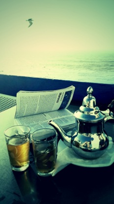 """Terrazza a Essaouira: Io, te/the e l' oceano """" Il Sole stava per abbandonare la Perla dell'Oceano per altri mari, altre terre"""" (Joseph Conrad)"""
