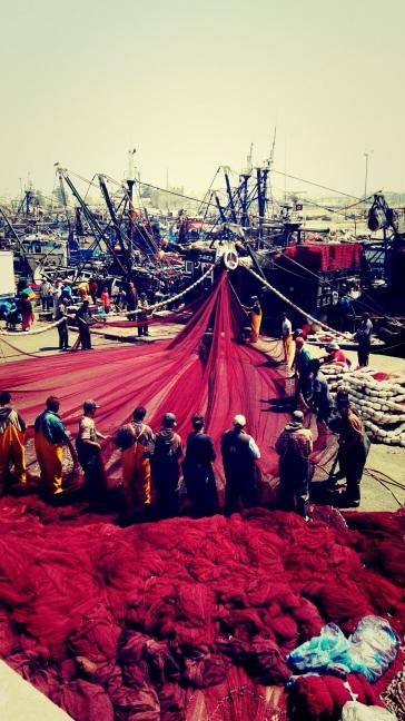 """Porto di Essaouira: """"Misero le barche in mare, Vita nelle mani di Dio"""". (Amare questa vita)"""
