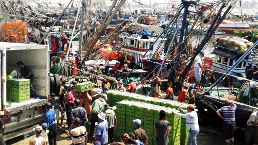 """Essaouira - Peschereccio: """"Allora fecero segno ai loro compagni dell'altra barca, di venire ad aiutarli. Quelli vennero e riempirono tutt'e due le barche, tanto che affondavano"""". (Lc 5,7)."""