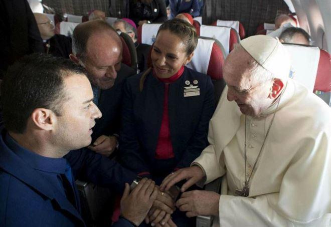 Cosa insegna il matrimonio celebrato dal Papa in aereo?
